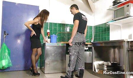 میلف در حالی که قهوه درست عکس کونهای خفن می کند خودش را در آشپزخانه نوازش می کند
