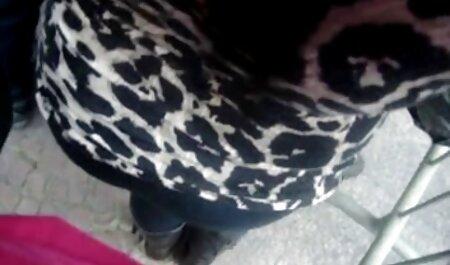 بادی یک دختر جوان را در صندلی عقب یک اتومبیل تصاویر متحرک سکسی خفن فراری می کند