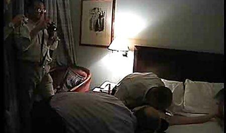 زن سکس متحرک خفن و شوهر مسن تر به نوجوانان آموزش فاک می دهند