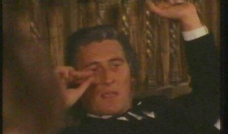 سبزه در لنگه عکس سکس های خفن های سیاه و زانوی زانو تنه یک دوست سیاه را در گلو فرو می برد