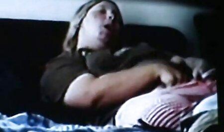 مردی که دارای عکس های متحرک سکسی خفن استخوان پوستی مودار است ، روی یک ورق شطرنجی شریک زندگی شریک زندگی خود است