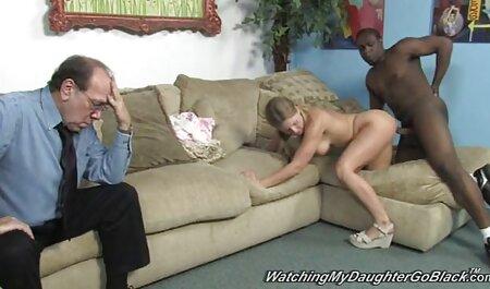 دختر جوان در شورت سبز روشن است doggystyle سکس خفن متحرک لعنتی با hahala
