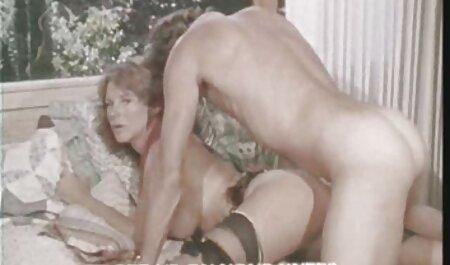 دختری در سینه بند سفید بعد از یک بغل در بازیگران عکس سیکس خفن با تقدیر بازی می کند