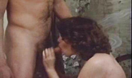 دختر با یک ویبراتور در کف اتاق خواب عکس های سکسی خفن جدید خودارضایی می کند