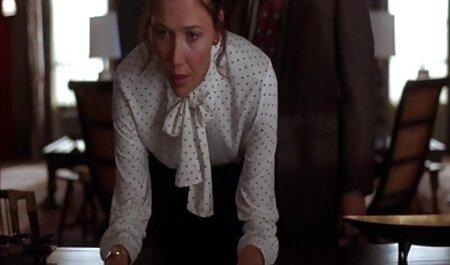 PORN عکس سکسی خفن ترین RUSSIAN: کتی می خورد و بیدمشک را روی میز می کشد