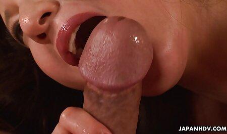 خانه پورن: یک دختر عکس متحرک سکسی خفن تمام سوراخ ها را به چندین مرد می دهد