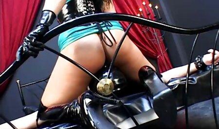 هاهال یک دختر عکس سکسی خفن خارجی مودار با ناف روی مبل دارد
